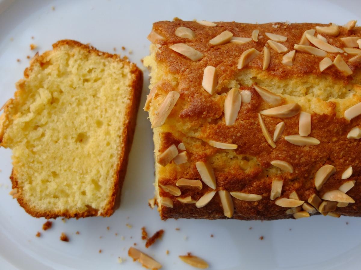 Saftiger Mandelkuchen mit Vanillequark