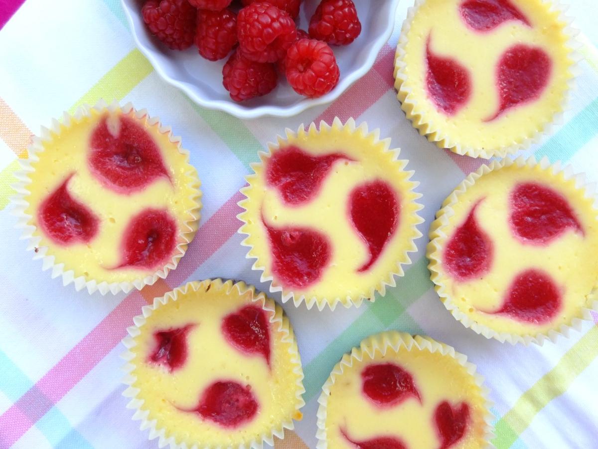 Cheesecake-Cupcakes mit Himbeer-Herzen und Schokoboden