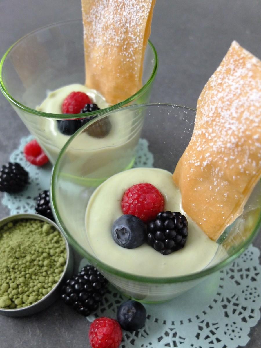 Matcha-Creme mit weißer Schokolade und Beeren