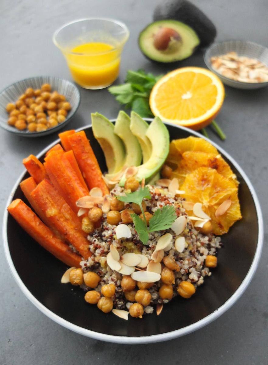 Orangen-Quinoa-Bowl mit gerösteten Karotten, Kichererbsen und Mandeln (vegan & glutenfrei)